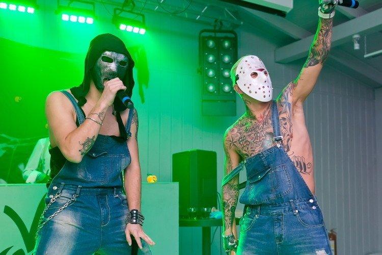 Рэпер T-Killah в несложном костюме для Хэллоуина  маска Ганнибала Лектера.  Нечисть 0794984a99aaa