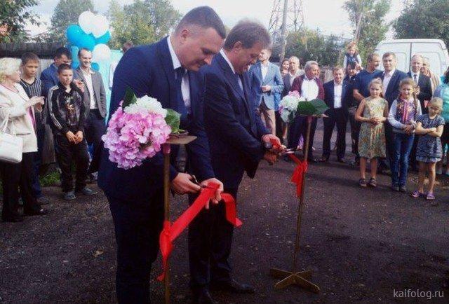 В Томске торжественно открыли колонку с водой. открытие, торжества, чиновники