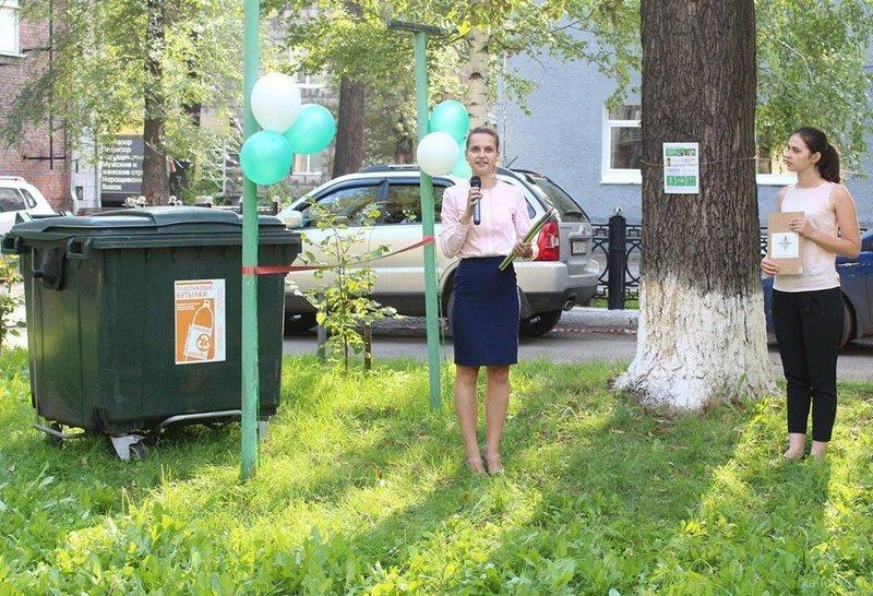 В Новокузнецке прошла торжественная установка мусорного контейнера. открытие, торжества, чиновники