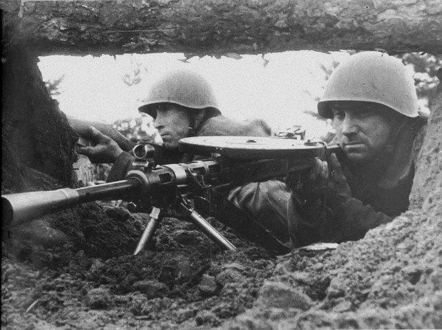 Также при погибшем командире был обнаружен пулемет Дегтярева СССР, видео, война, история, политрук, факты, фотоаппарат