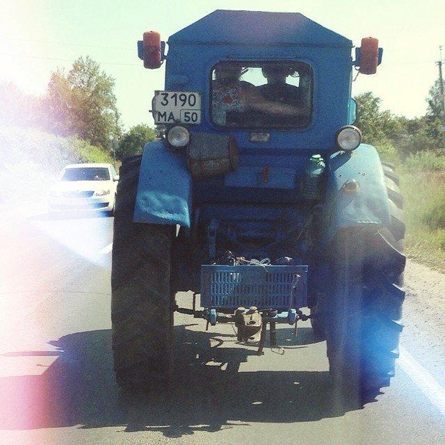 Трактор - это настоящий магнит, который притягивает всех женщин... навсегда девушки, деревня, прикол, село, трактор, тракторист, юмор