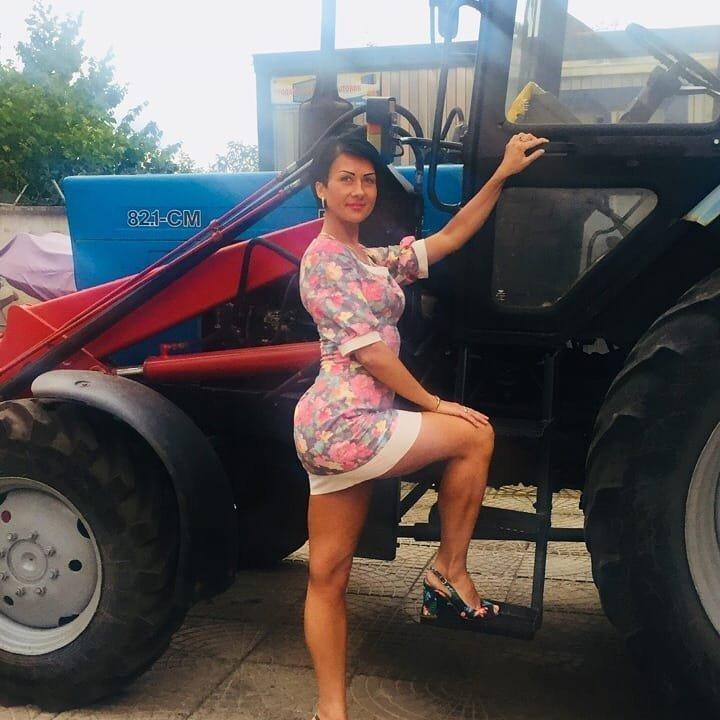 Скажи триста, или полюбила тракториста девушки, деревня, прикол, село, трактор, тракторист, юмор