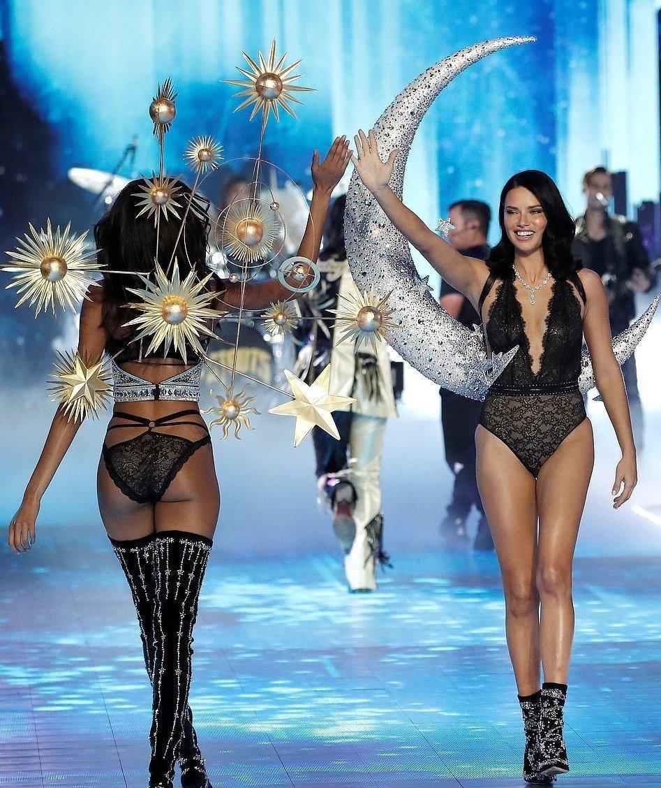 victorias secret fashion show adriana lima tears up - 800×952