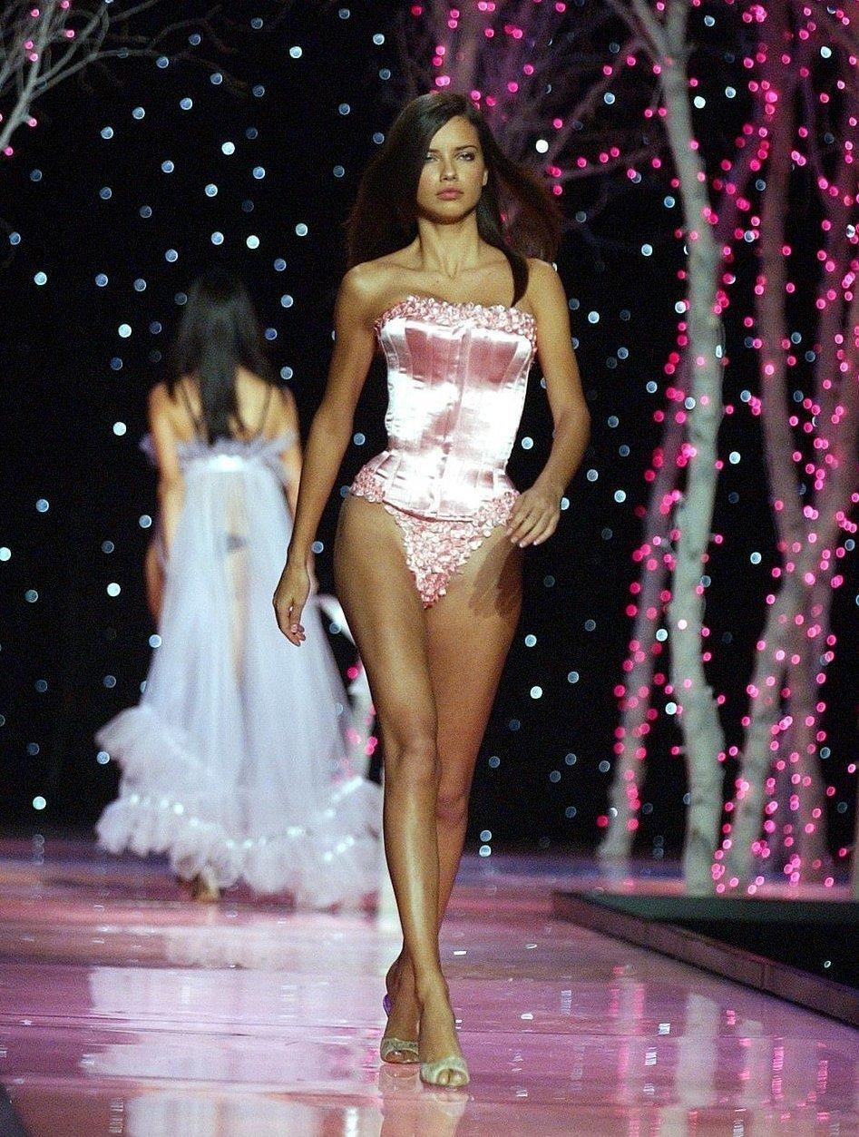 victorias secret fashion show adriana lima tears up - HD800×1058