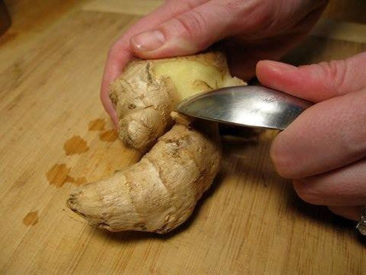 1. Неудобная форма имбиря затрудняет очистку ножом? Попробуйте использовать ложку! гениально, еда, идея, полезно, совет, хитрости