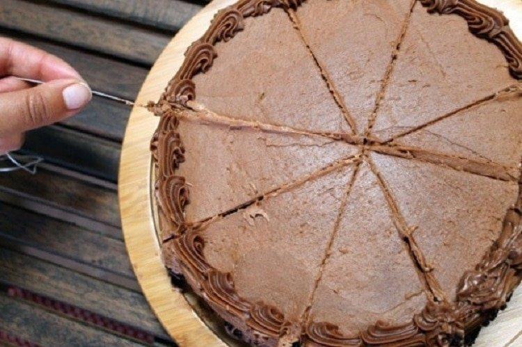 7. Хотите ровно разрезать торт, но нож вам не товарищ? Используйте нитку гениально, еда, идея, полезно, совет, хитрости