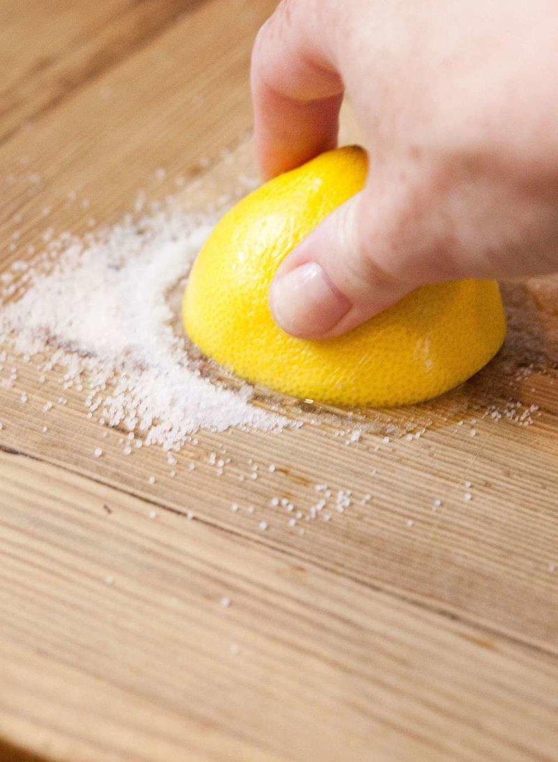 6. Хотите очистить деревянную поверхность на кухне до идеального состояния? Вам понадобится соль и половинка лимона гениально, еда, идея, полезно, совет, хитрости