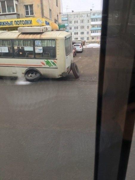 1. В Кургане у автобуса на ходу отвалилось колесо. Всегда было страшно, что такое может произойти в любой момент... всегда этого боялся, страхи, фобии, фото, юмор