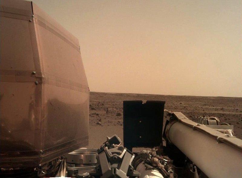 Если первое изображение получилось нечетким из-за пыли, то на втором хорошо визуализируются детали зонда и марсианский горизонт InSight, nasa, ynews, космос, марс, новости, фотография