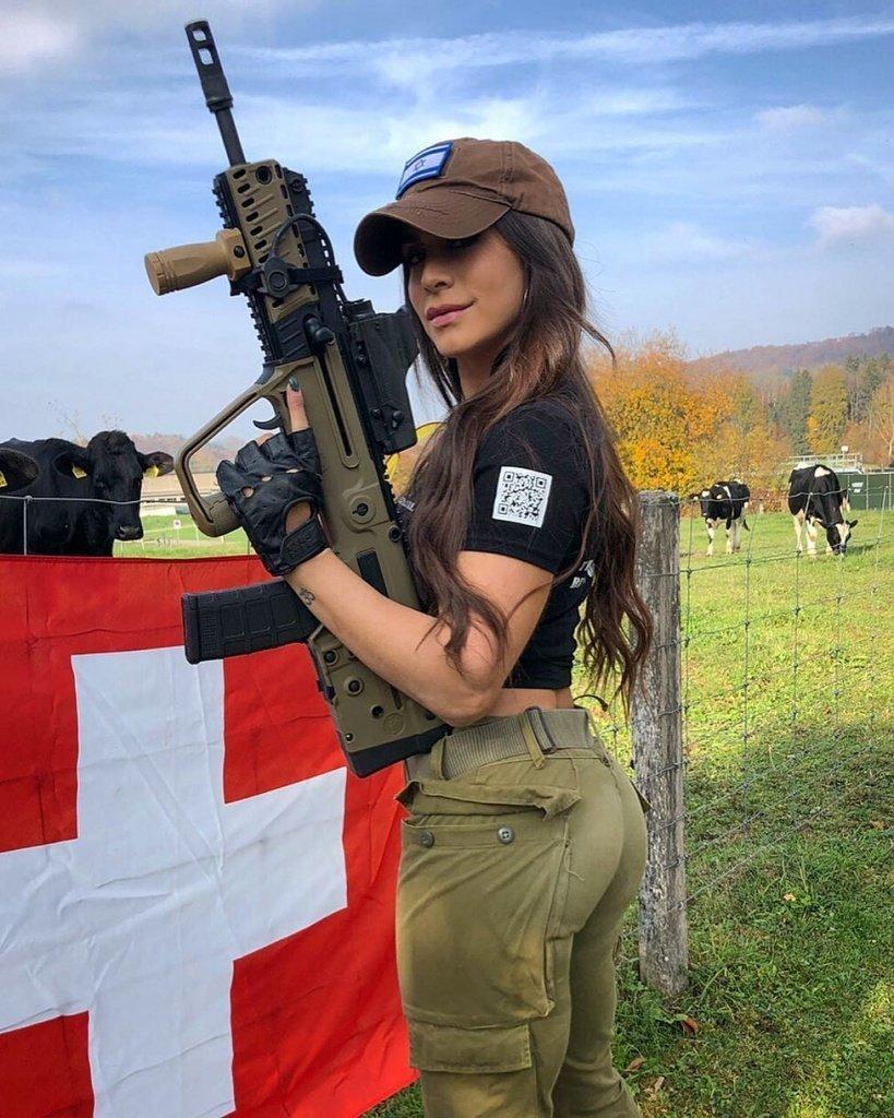 учат фото девушек брюнеток с оружием в военной форме фото своей подруги