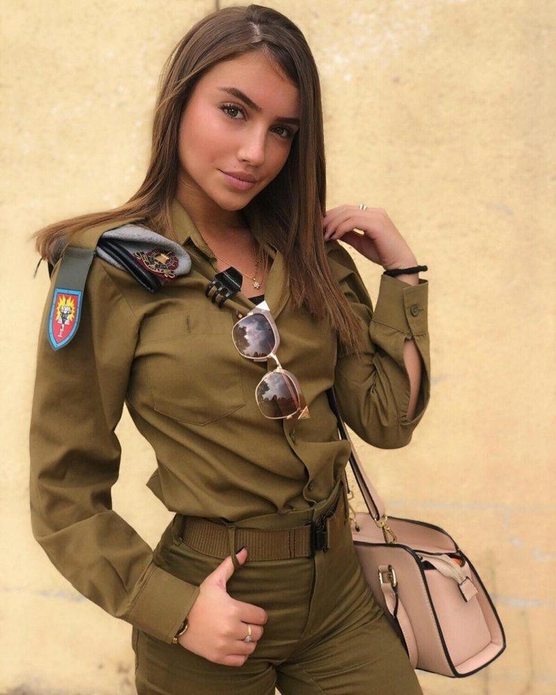 В военной форме девушки модели