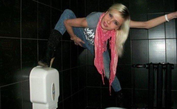 Ох уж этот столичный тренд на фотографии в туалетах. Да, он докатился и до провинции... девушки, деревня, прикол, провинция, простушки, село, юмор