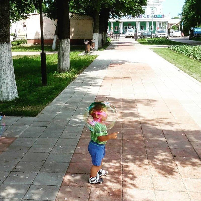 12. Мальчик в пузыре в нужный момент, в тот самый момент, фото, юмор
