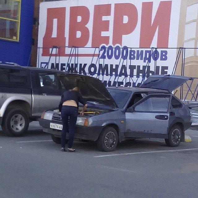 6. Девушка ремонтирует машину даже не пытайся, прикол, смешно, так не бывает, тебе никто не поверит, фото, юмор