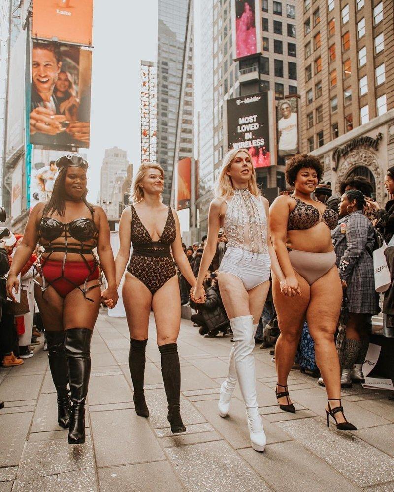 Бабий бунт: сибирская модель plus-size убедила американок выйти на улицу в нижнем белье New York City, Times Square, Victoria's Secret Fashion Show, togetherwestrut, бодипозитив, модели, парад