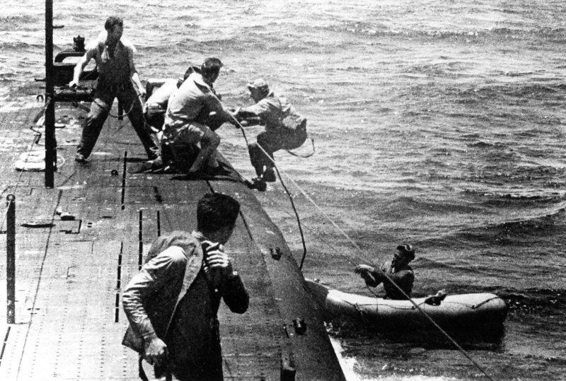Члены экипажа американской подводной лодки «Танг» во время спасения сбитого пилота в районе атолла Трук Великая отечественая война, архивные фотографии, вторая мировая война