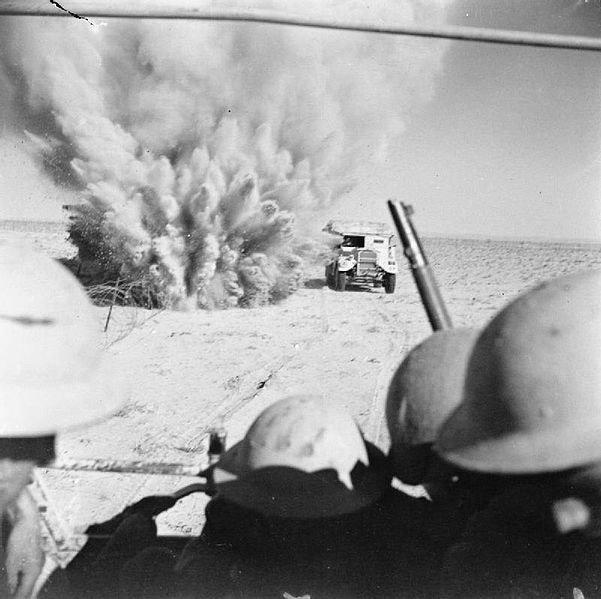 Британский грузовик, перевозивший пехоту через минные поля, подрывается на мине. Битва за Эль-Аламейн, октябрь 1942 г. Великая отечественая война, архивные фотографии, вторая мировая война