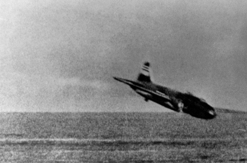 Падение японского бомбардировщика G4M «Бетти», сбитого американскими палубными истребителями Grumman F4F-3 Wildcat из 3-й истребительной эскадрильи (VF-3) Великая отечественая война, архивные фотографии, вторая мировая война