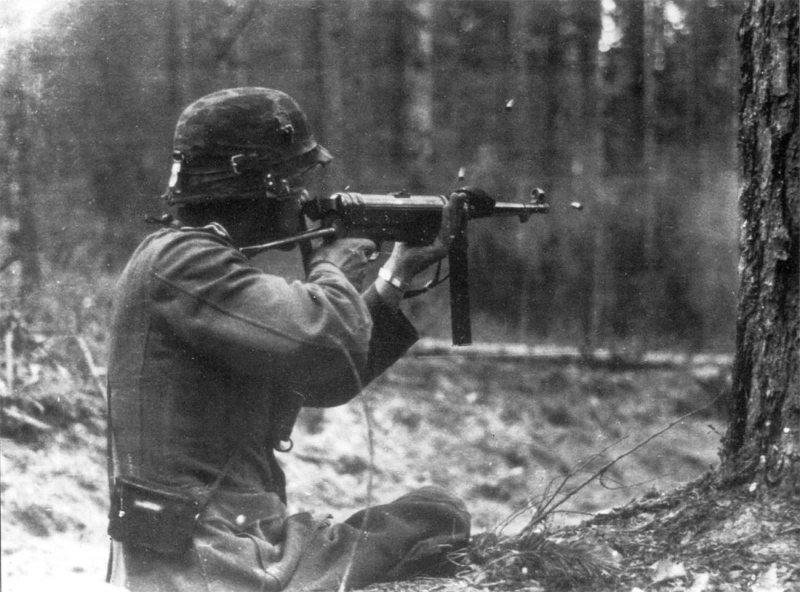 Немецкий солдат ведёт огонь из пистолета-пулемёта МР-38 Великая отечественая война, архивные фотографии, вторая мировая война