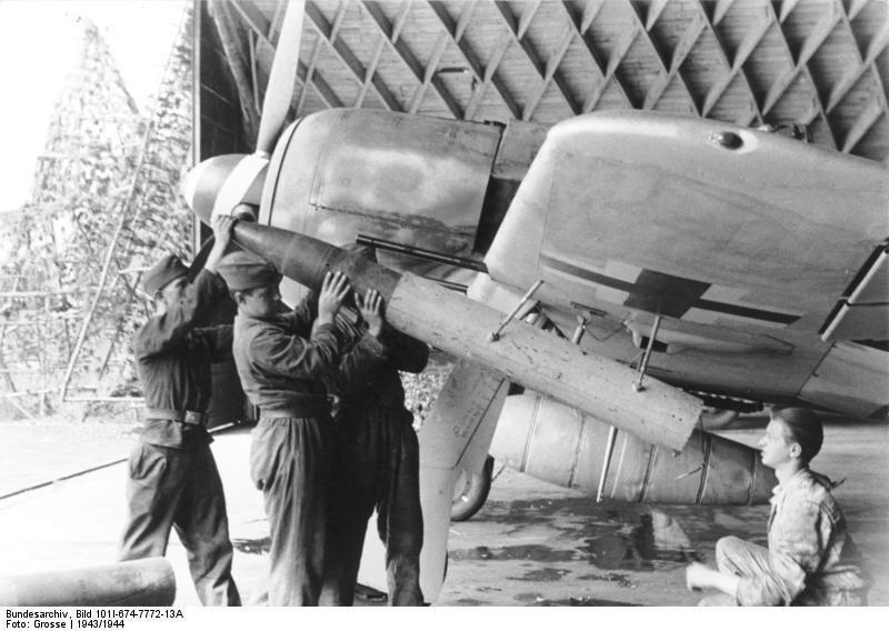 Аэродромные техники заряжают подкрыльевую ракетную установку Wfr. Gr. 21 калибра 210 мм на немецком истребителе Fw-190A Великая отечественая война, архивные фотографии, вторая мировая война