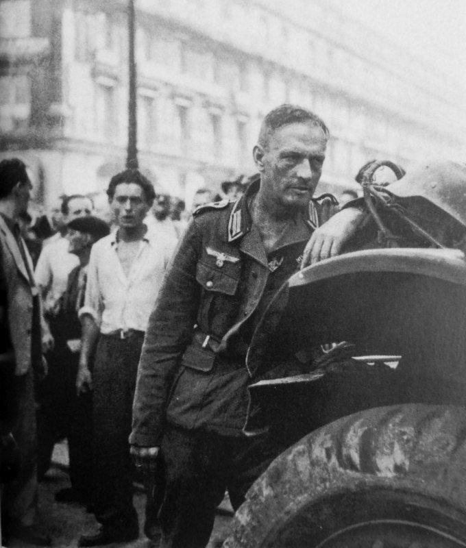 Сдавшийся в плен фельдфебель вермахта в окружении жителей освобожденного Парижа. Август 1944 г. Великая отечественая война, архивные фотографии, вторая мировая война