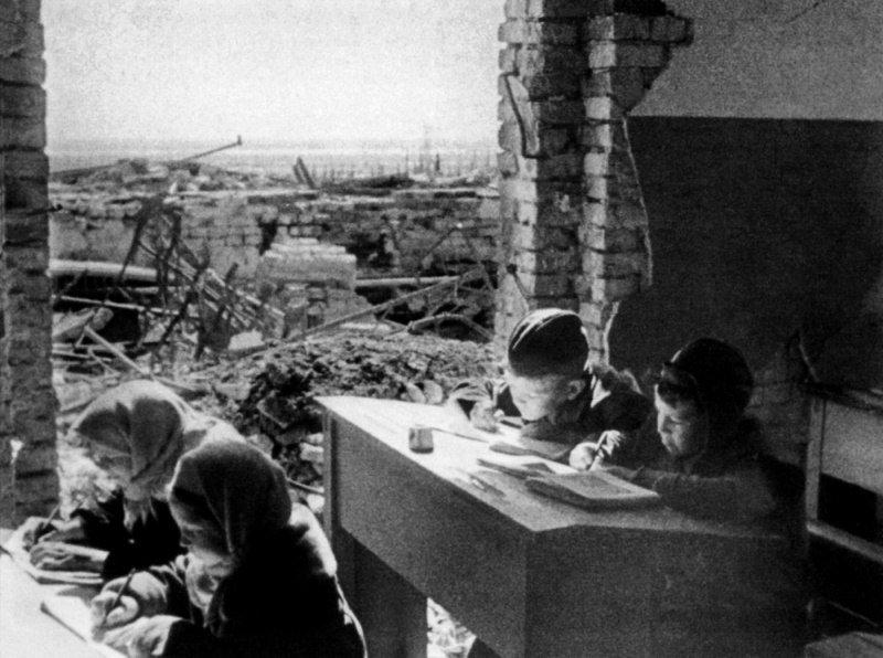 Дети учатся в единственной начальной школе в Краснооктябрьском районе Сталинграда. Февраль-март 1943 г. Великая отечественая война, архивные фотографии, вторая мировая война