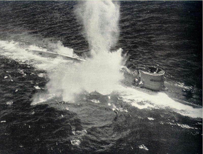 Немецкая подводная лодка U-196 под атакой американского противолодочного самолёта PBY «Каталина». 8 марта 1943 г. Великая отечественая война, архивные фотографии, вторая мировая война