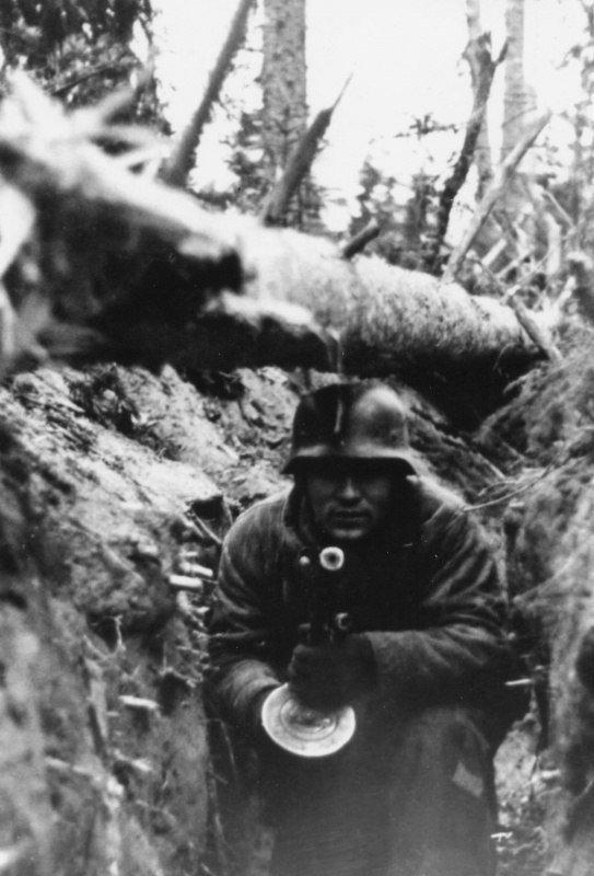 Немецкий солдат с трофейным ППШ-41 в руках Великая отечественая война, архивные фотографии, вторая мировая война