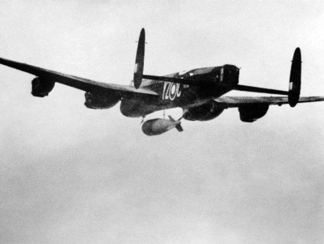 Британский бомбардировщик Авро «Ланкастер» в полёте с сейсмической бомбой «Толлбой» клибра 5.4 тонны (12000 lb) Великая отечественая война, архивные фотографии, вторая мировая война