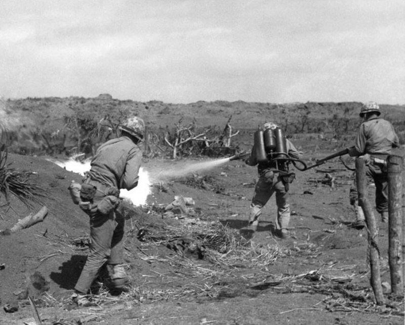 Американская морская пехота зачищает японские укрепления в ходе битвы за Иводзиму. Февраль-март 1945 г. Великая отечественая война, архивные фотографии, вторая мировая война