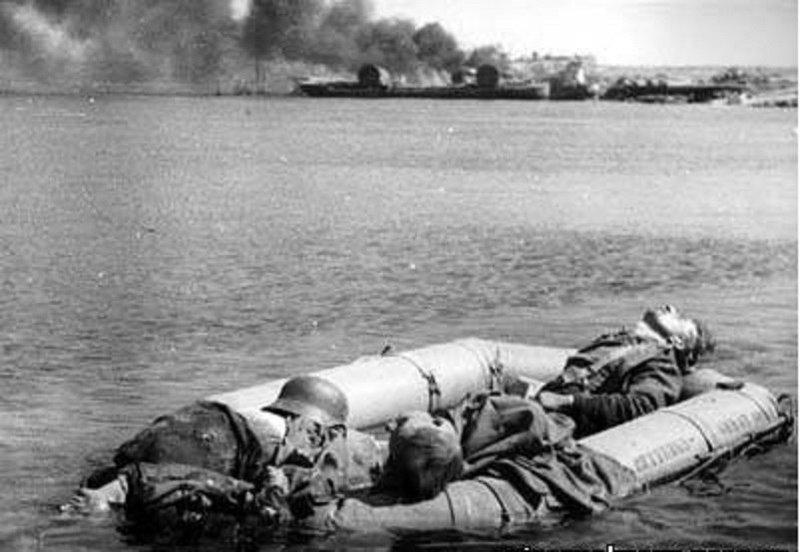 Трупы немецких солдат в надувной лодке. Херсонес, май 1944 г. Великая отечественая война, архивные фотографии, вторая мировая война