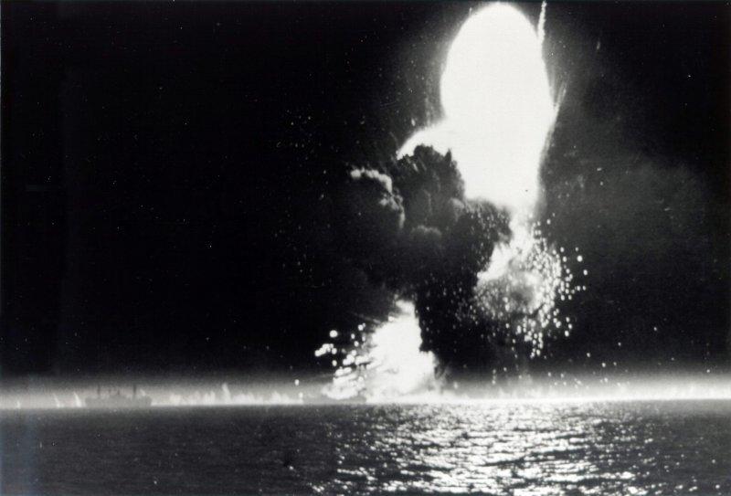 Взрыв американского транспорта «Пол Хэмилтон» (класс «Либерти»), торпедированного немецким торпедоносцем Ju-88. 20 апреля 1944 г. Великая отечественая война, архивные фотографии, вторая мировая война
