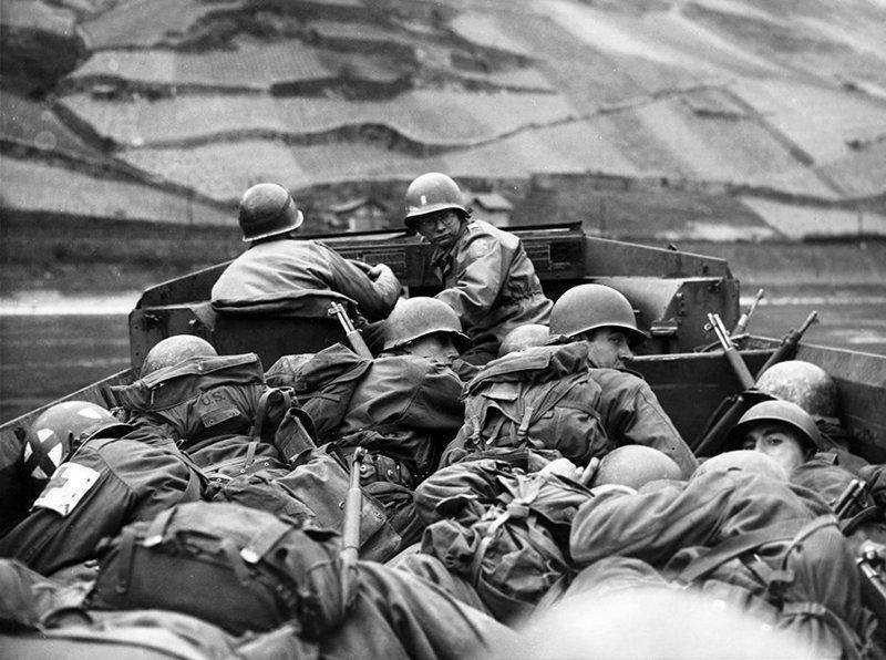 Солдаты 89-й пехотной дивизии 3-й армии США форсируют реку Рейн на амфибии DUKW-353 в районе Обервезель Великая отечественая война, архивные фотографии, вторая мировая война