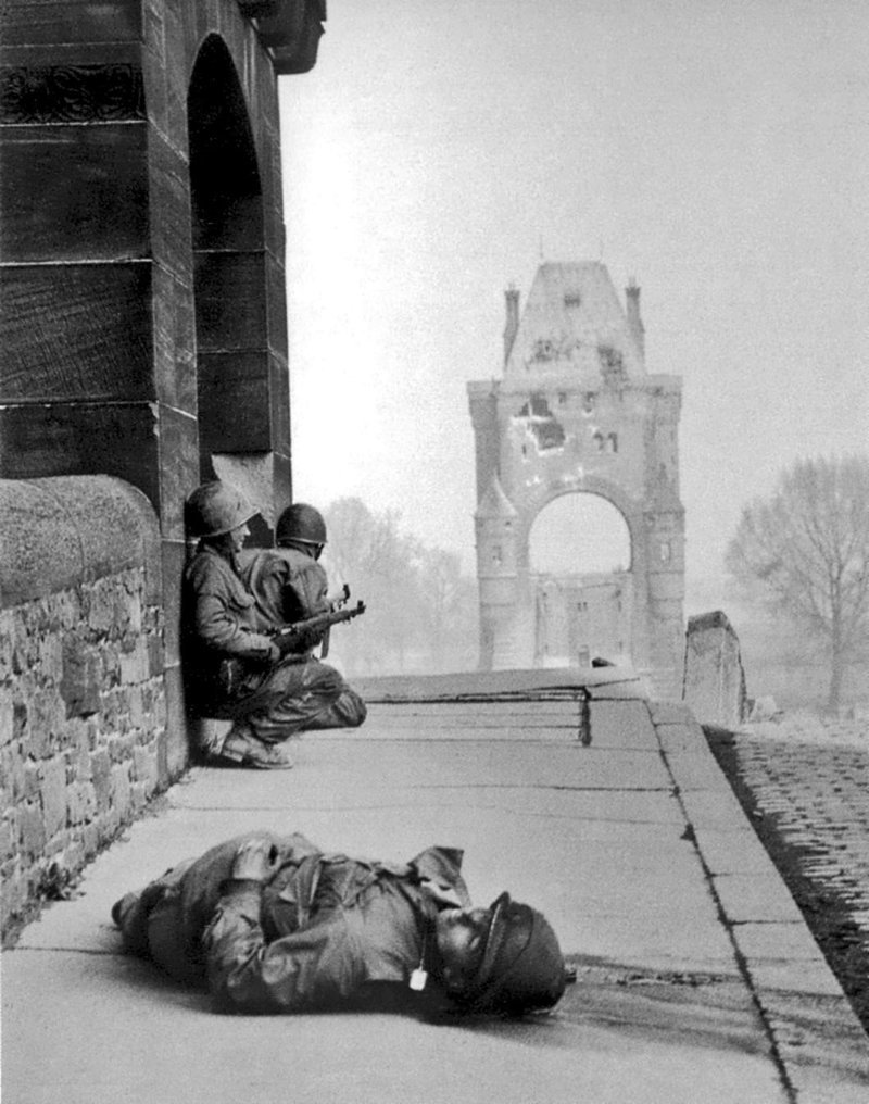 Американские солдаты на мосту Нибелунген через Рейн. 20 марта 1945 г. Великая отечественая война, архивные фотографии, вторая мировая война