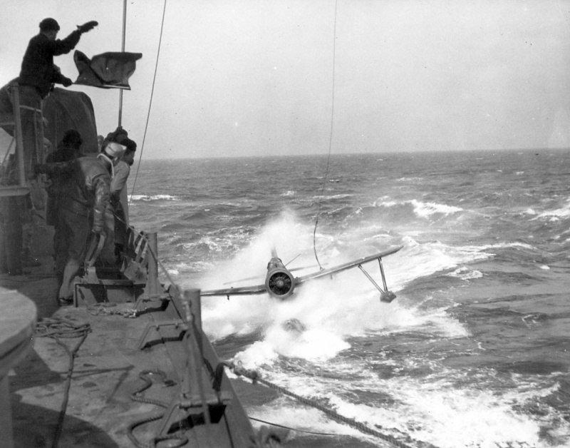 Палубный разведчик OS2U «Кингфишер» приближается к борту американского линкора «Южная Дакота» Великая отечественая война, архивные фотографии, вторая мировая война