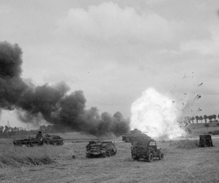 Британский грузовик с боеприпасами взрывается от попадания миномётного снаряда. 26 июня 1944 г. Великая отечественая война, архивные фотографии, вторая мировая война