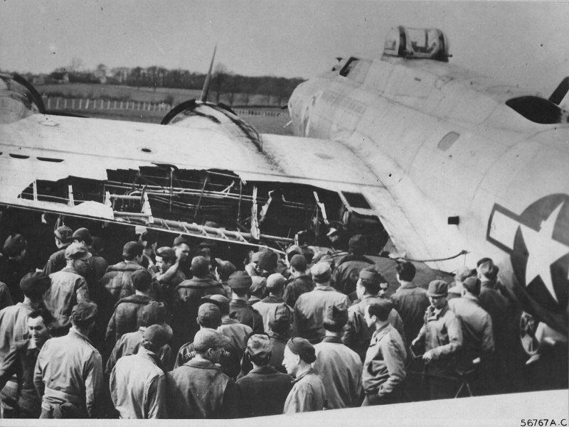 Американский бомбардировщик Boeing B-17G, получивший повреждения в ходе налёта на Берлин. 18 марта 1945 г. Великая отечественая война, архивные фотографии, вторая мировая война
