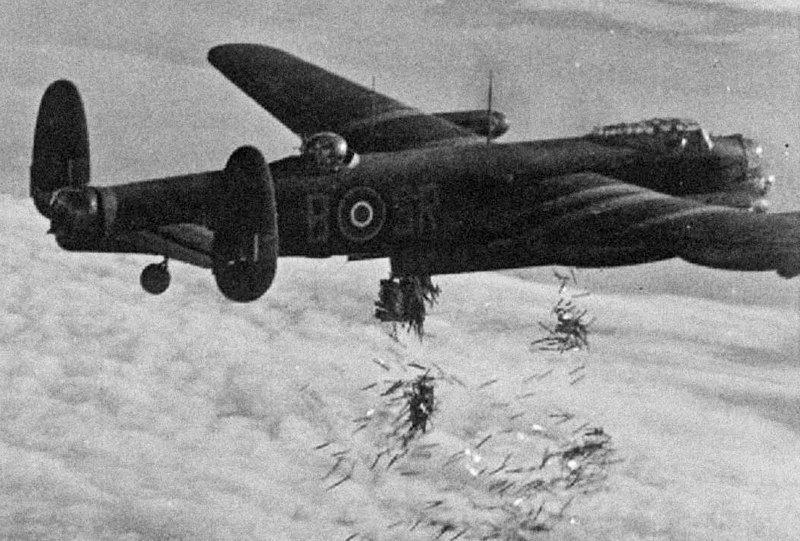 Британский тяжёлый бомбардировщик Авро «Ланкастер» сбрасывает дипольные отражатели «Виндоу» над Дуйсбургом Великая отечественая война, архивные фотографии, вторая мировая война