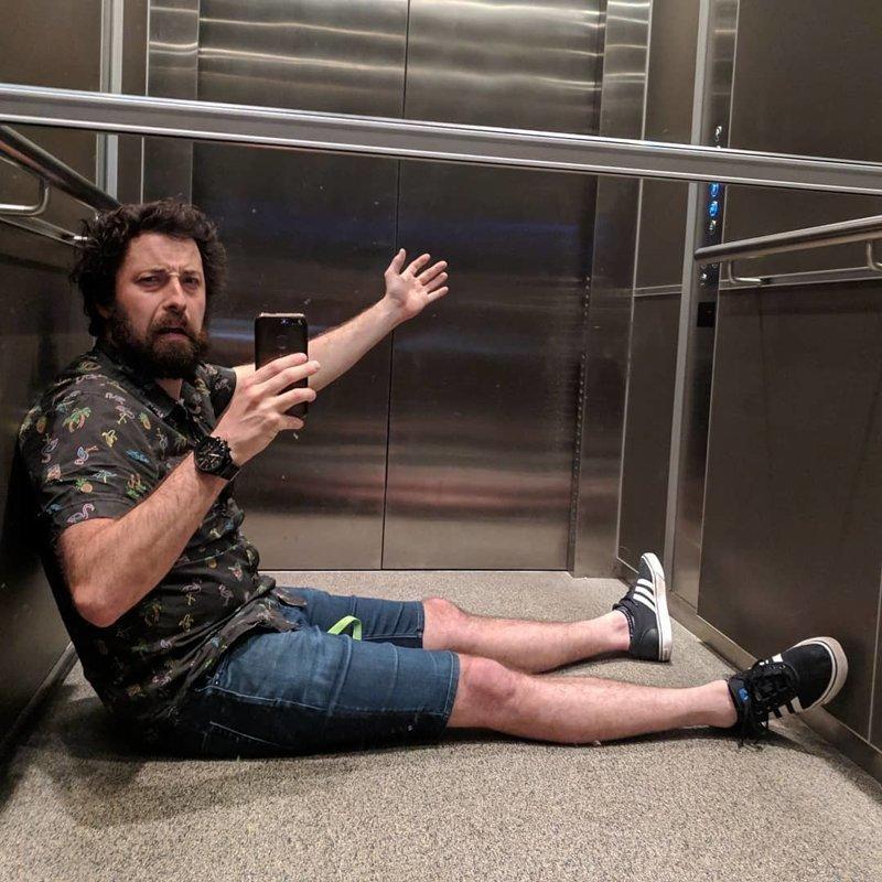 Застряли в лифте картинка