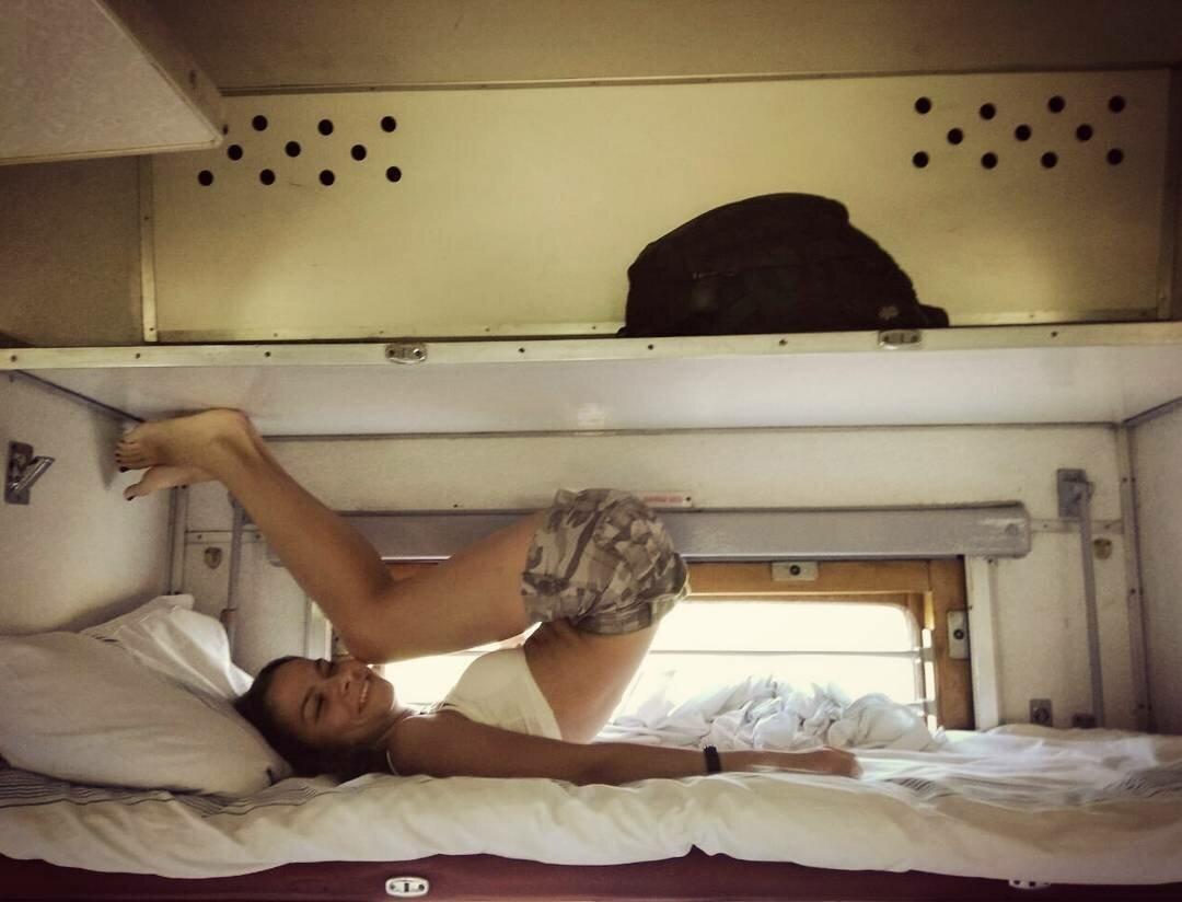 Соблазнила мужчину в поезде видео, сумасшедший оргазм и потеря сознания