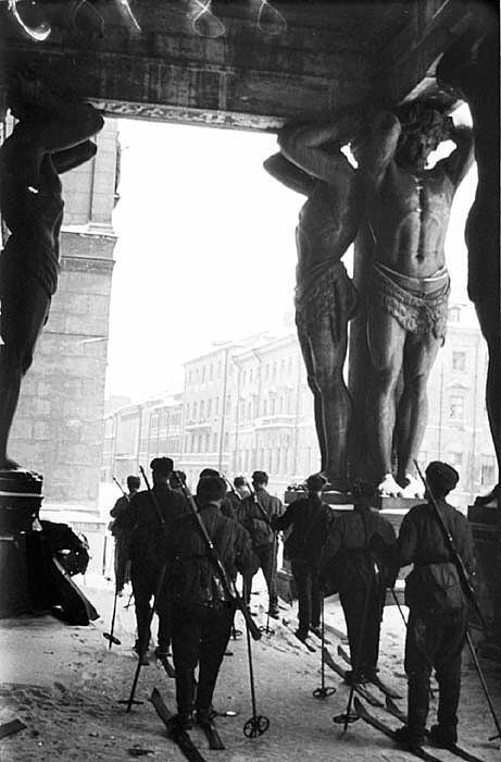 18. Советские горнолыжные войска у входа в Эрмитаж во время блокады Ленинграда в 1943 году