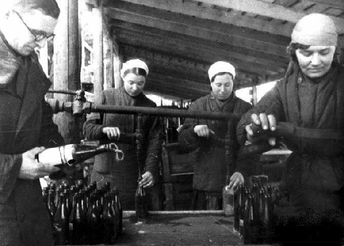 14. Изготовление бутылок с зажигательной смесью для борьбы с танками противника на заводе Москвы, 1941