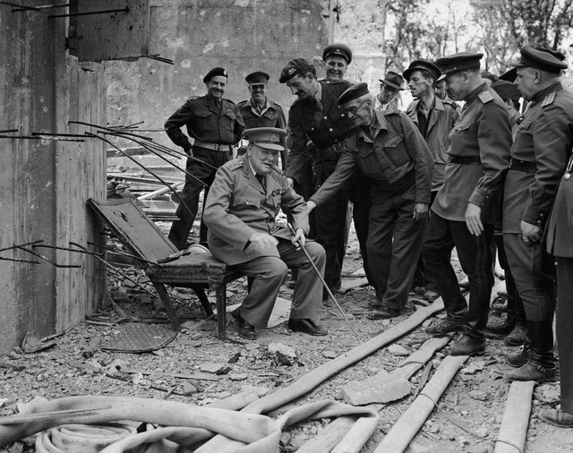 6. Уинстон Черчилль садится на то, что осталось от кресла Адольфа Гитлера в июле 1945 года