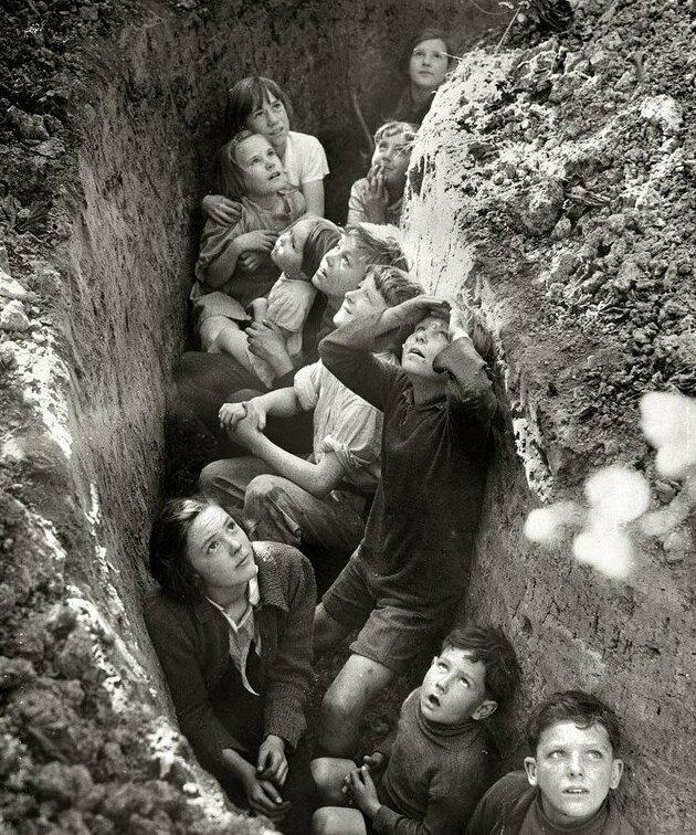 3. Дети в окопах бомбоубежища в Англии, примерно 1941 год