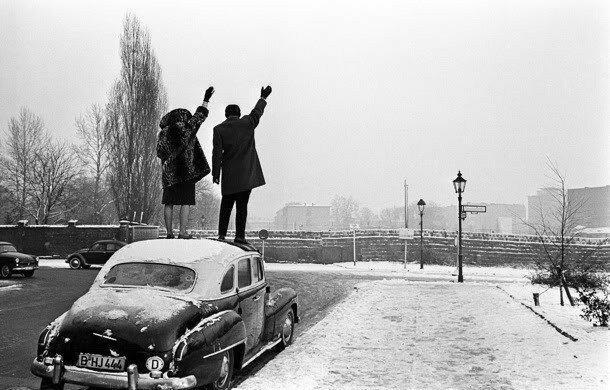 29. Родственники поздравляют друг другу с Рождеством через Берлинскую стену в 1961 году