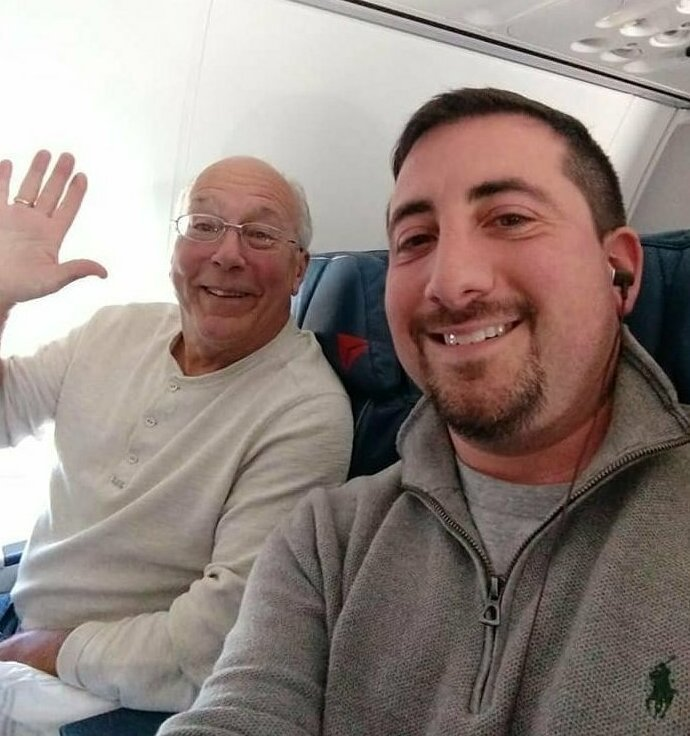 Отец купил шесть авиабилетов, чтобы быть рядом с дочкой-стюардессой в Рождество истории, люди, рождество, самолет, семья, стюардесса, трогательно, фото