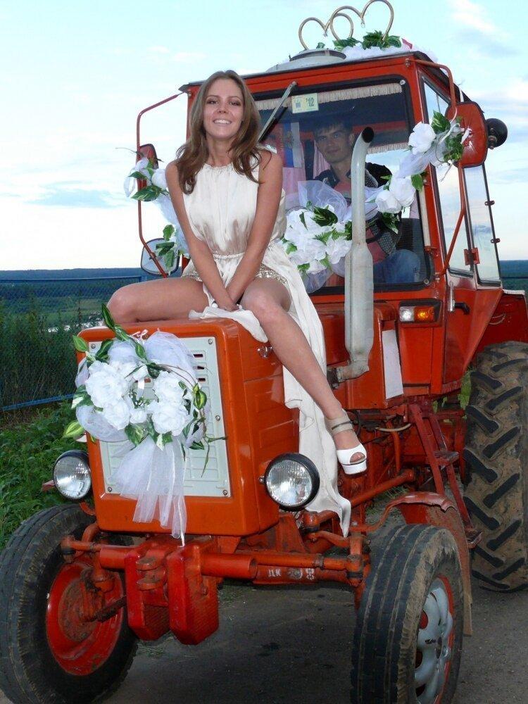 На этих свадьба не бывает лимузинов, так как есть более подходящий транспорт деревня, невеста, платье, праздник, прикол, свадьба, село, юмор