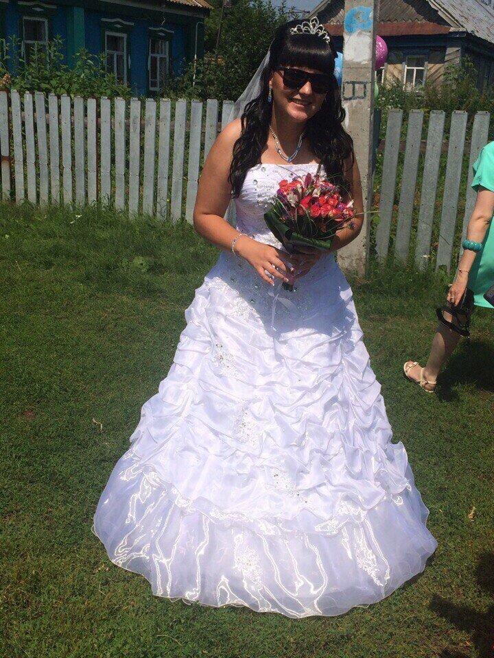 Сельские свадебные фотосессии выглядят примерно так. Фотографом обычно назначают наименее пьющего гостя деревня, невеста, платье, праздник, прикол, свадьба, село, юмор