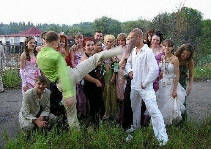 Деревенская свадьба и без драки? Что вы, чудес не бывает деревня, невеста, платье, праздник, прикол, свадьба, село, юмор