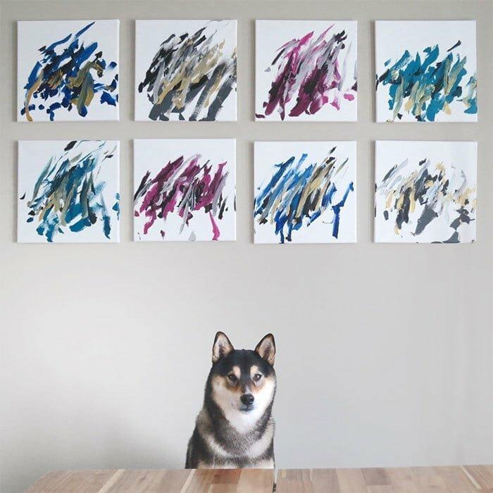 Хантер позирует со своими работами домашний питомец, животные, картина, рисунок, художник
